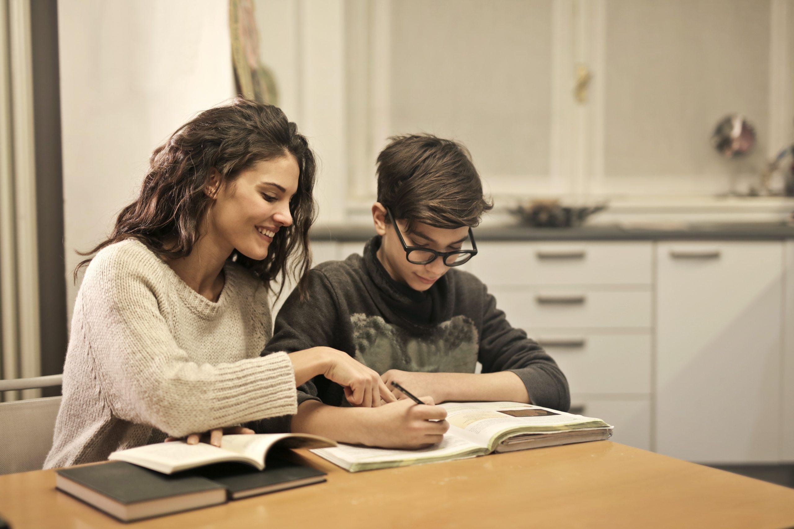 mère-qui-aide-son-enfant-dans-les-cours