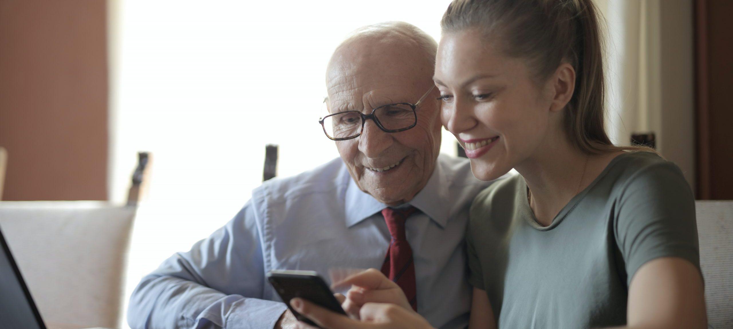 homme-âgé-avec-sa-fille-jeune