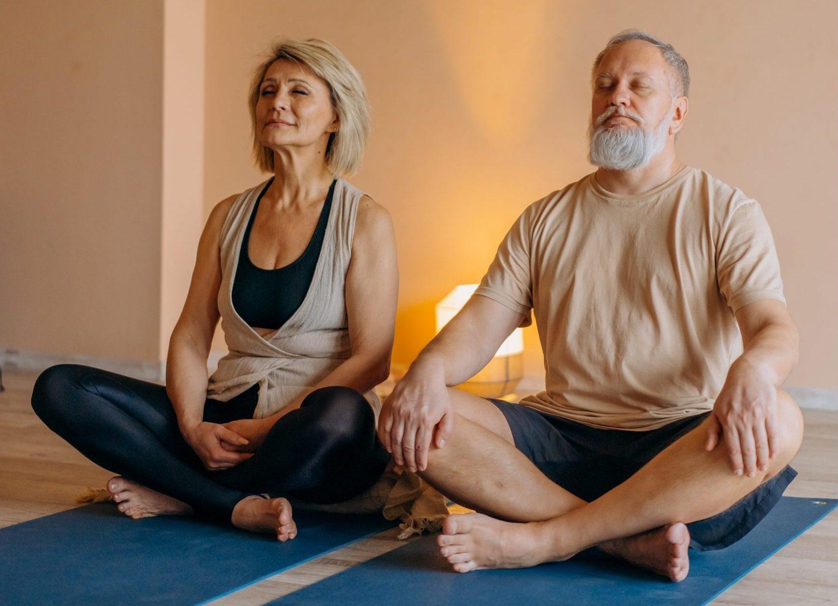 couple-agé-qui-médite-en-position-de-yoga