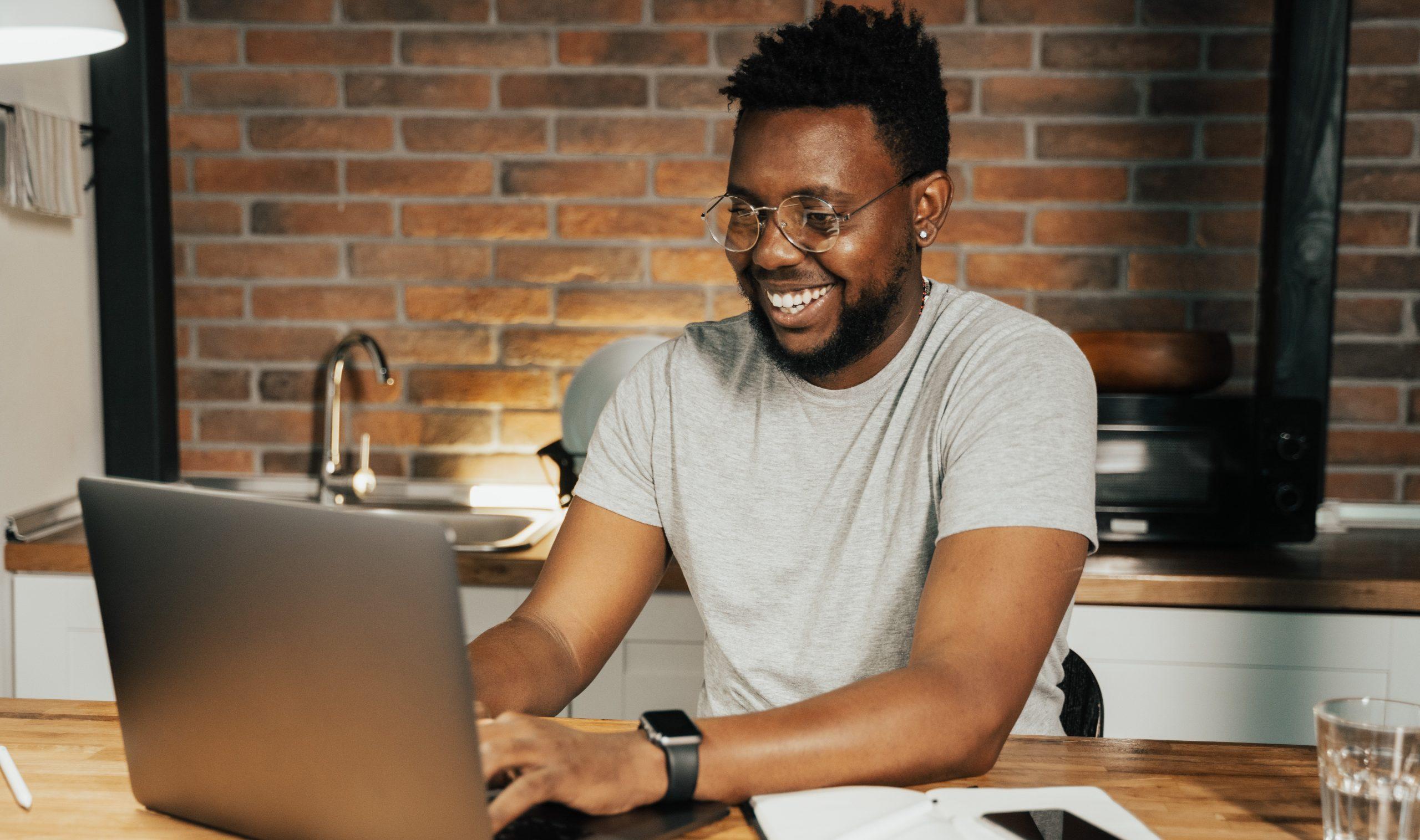 homme-souriant-sur-son-ordinateur